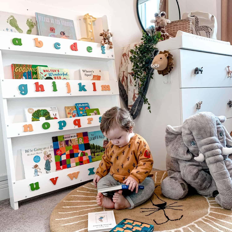 I bebè amano i libri prima di quello che pensi. Offri loro dei libri per bebè e una libreria Tidy Books.